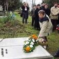 Kókai Mernyák Melinda és Lackovics Károly virágot helyez el Harkai Imre sírjára