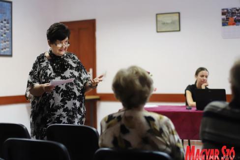Dr. Szőke Anna az Anna-napi búcsúk hagyományáról beszél (Lakatos János felvétele)